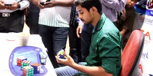 Record Guinness: un indian a reusit sa rezolve in timp record 5 cuburi Rubik cu o singura mana