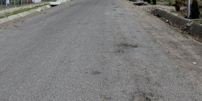 Cum plateste statul 14 ani rate la banci pentru gropile din asfalt. Povestea unui drum recent reabilitat cu milioane si distrus complet