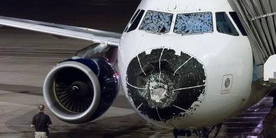 Un avion de pasageri a aterizat de urgenta, orbeste, dupa ce parbrizul si radarul au fost afectate de furtuna si de grindina