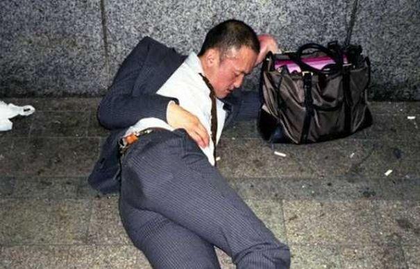 Mai RAU ca in Vaslui. Betivii din Japonia s-au facut de RAS in intreaga lume. Ipostazele UMILITOARE in care au fost surprinsi au atins CULMEA PENIBILULUI | GALERIE FOTO