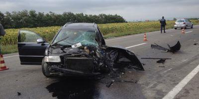 VIDEO O masina ce s-a angajat intr-o depasire riscanta a fost spulberata de un tir. Accidentul a fost surprins de camera de pe bordul mastodontului
