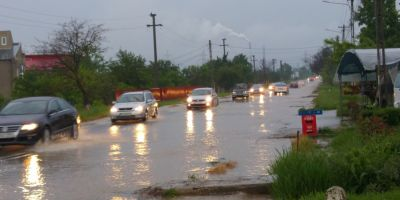 VIDEO DN 71 plin de apa, dar si zeci de gospodarii inundate de o ploaie torentiala