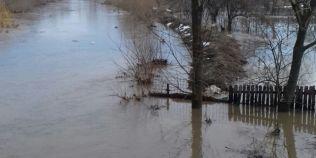 Cod portocaliu si Cod galben de inundatii in mai multe judete din tara. Cate gospodarii au fost afectate pana acum