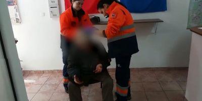 VIDEO Batran de 90 de ani jefuit in plina strada. O familie de romi a tabarat pe el, i-a spart capul si i-a furat toti banii